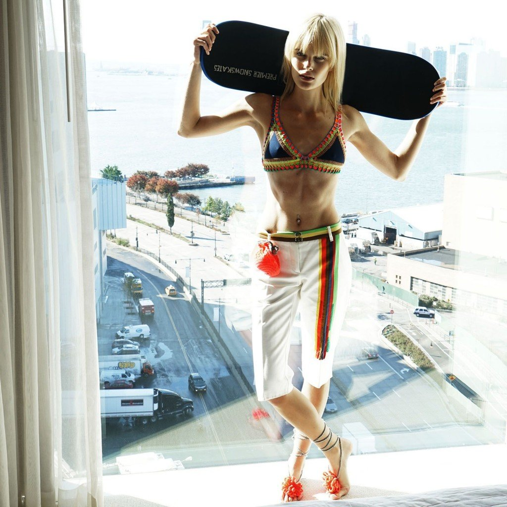 Elise Agee Topless & Sexy (4 Photos)
