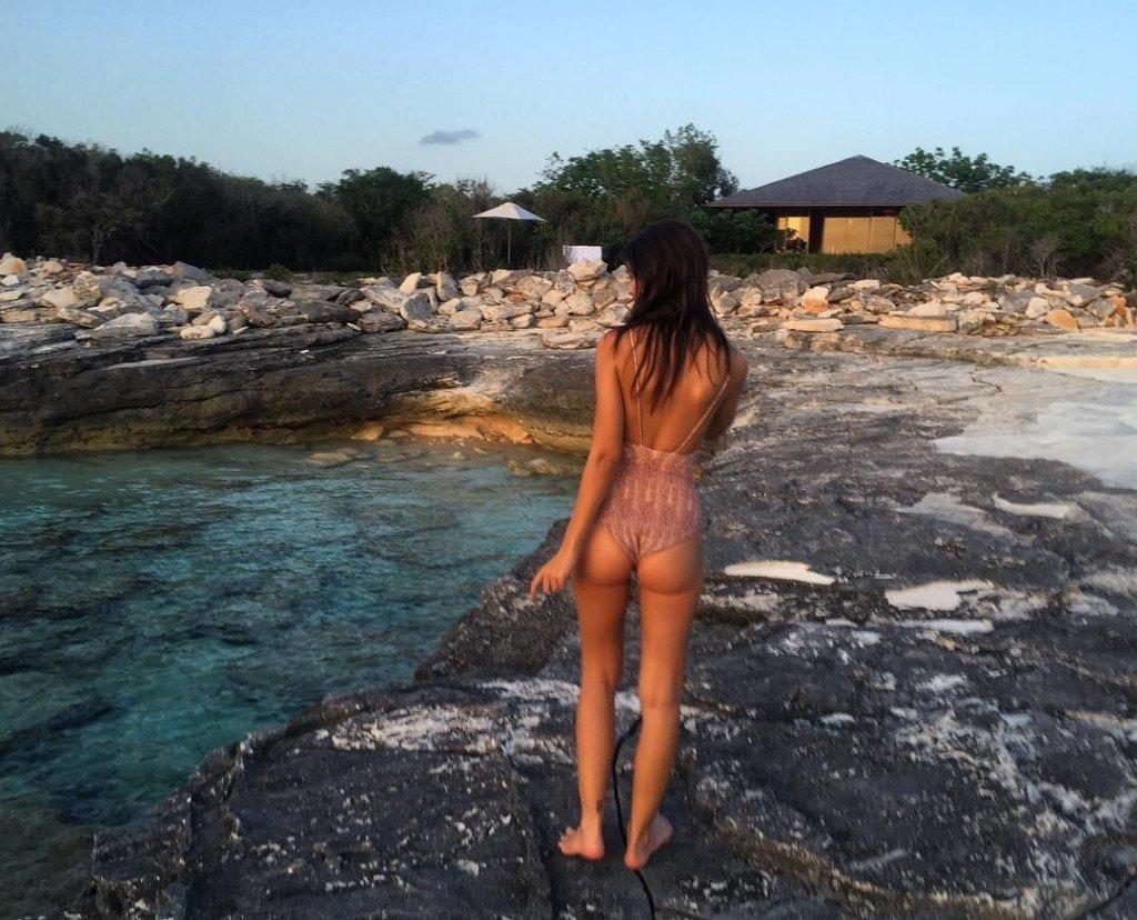 Emily Ratajkowski Sexy (5 Instagram Photos)