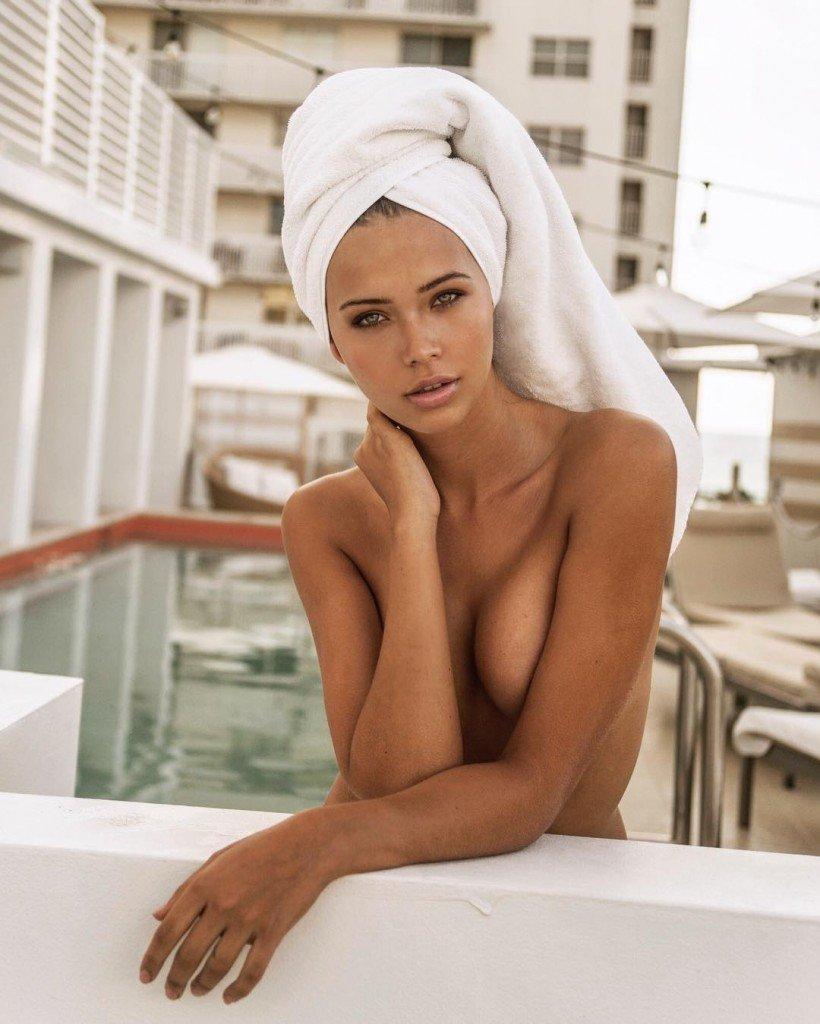 Sandra Kubicka Topless (3 Photos)