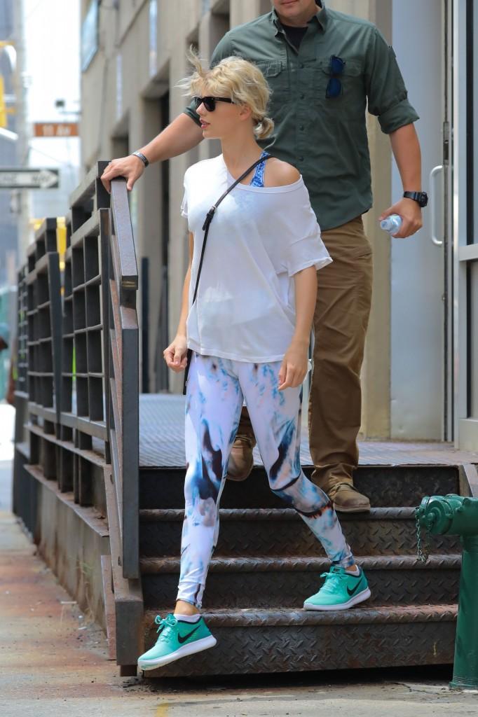 Taylor Swift Cameltoe (31 Photos)