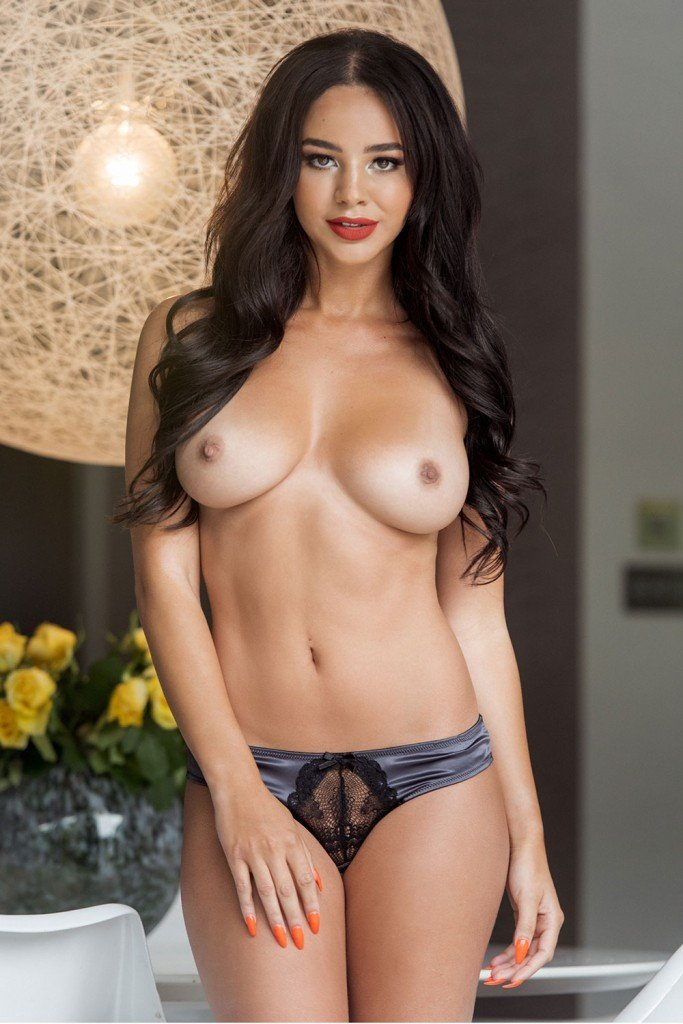 Courtnie Quinlan Sexy & Topless Pics 1