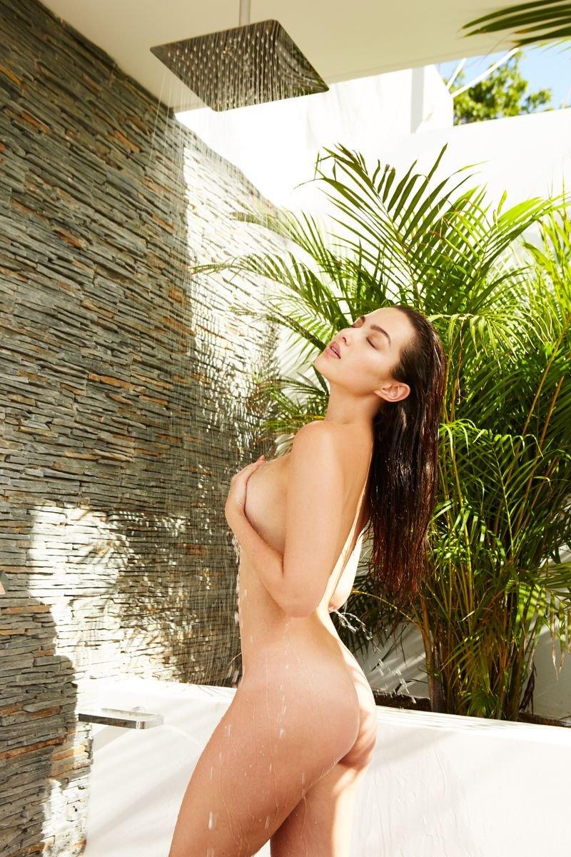 naked mia