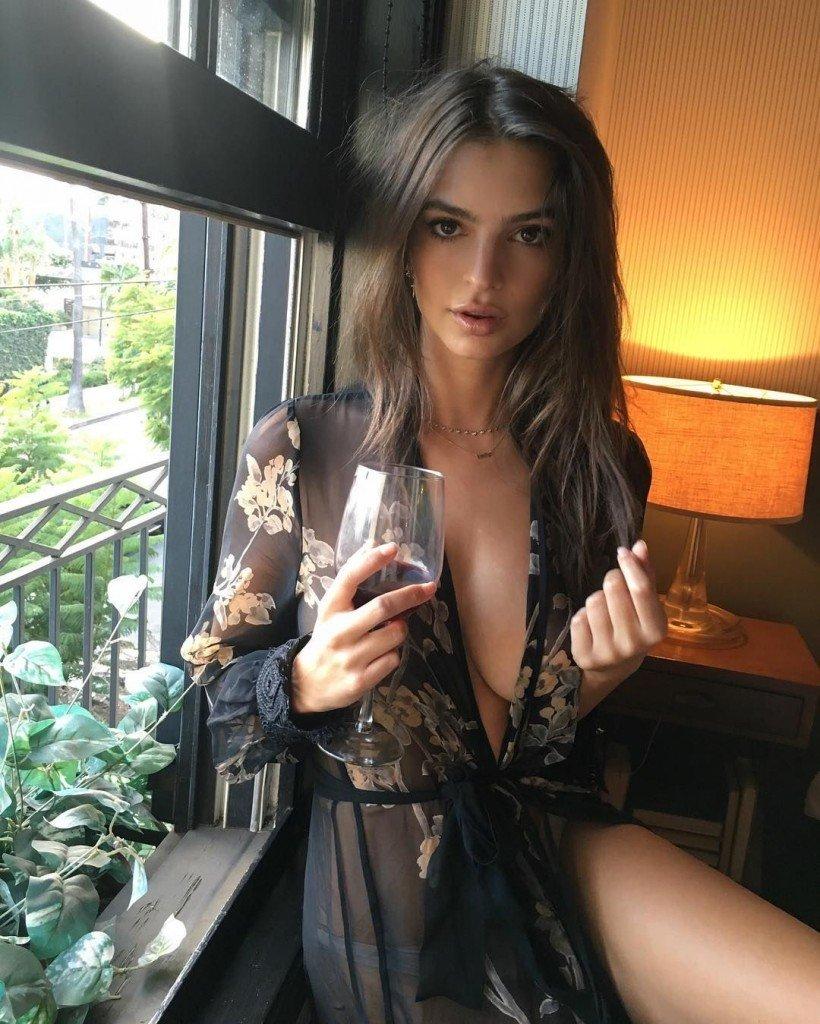 Emily Ratajkowski Topless & Sexy (5 Photos)