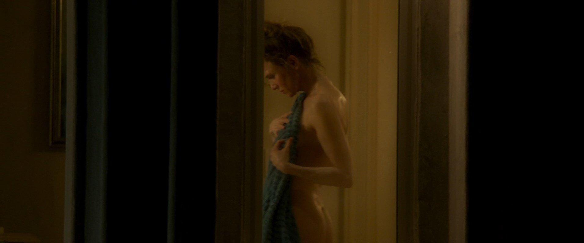 Rene Russo Breasts Scene in The Thomas Crown Affair - AZNude