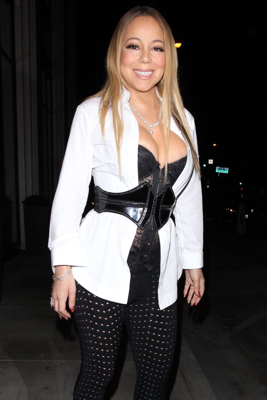 Can Mariah carey big cleavage right!