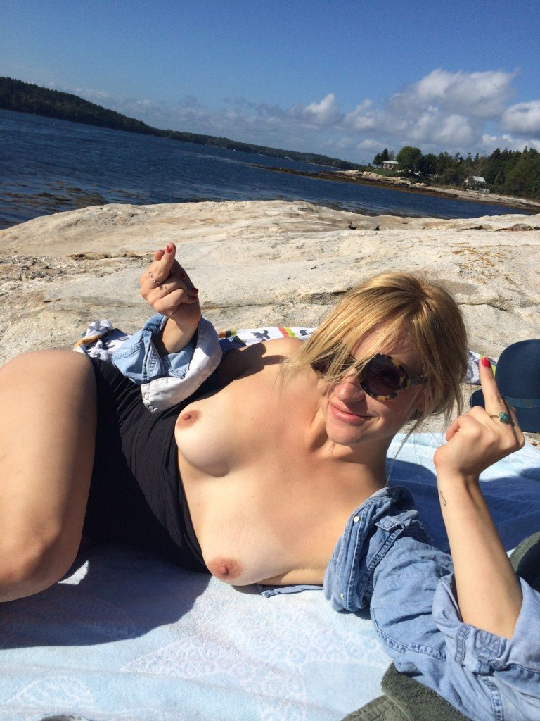 Abby Elliott Leaked thefappening.so 1