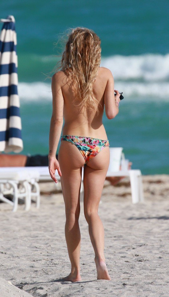 Chelsea Leyland Topless (6 Photos)