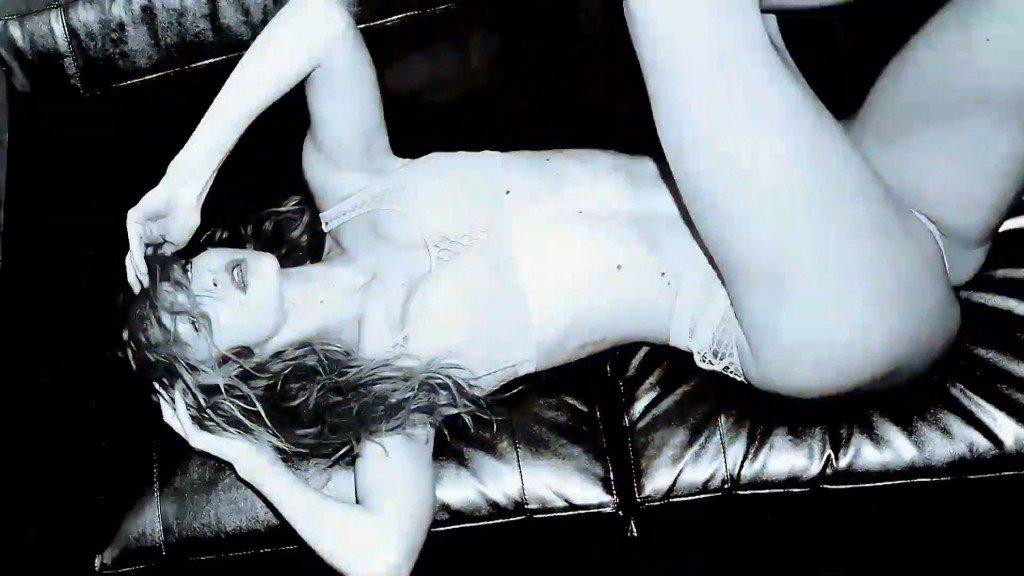Gigi Hadid Sexy – 2016 LOVE Advent (Day 24)