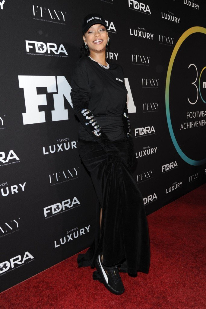 Rihanna Braless (23 Photos)