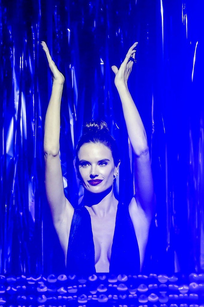 Alessandra Ambrosio Sexy (23 Photos)