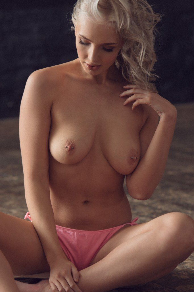 Lissy Cunningham Sexy and Topless Photos 3