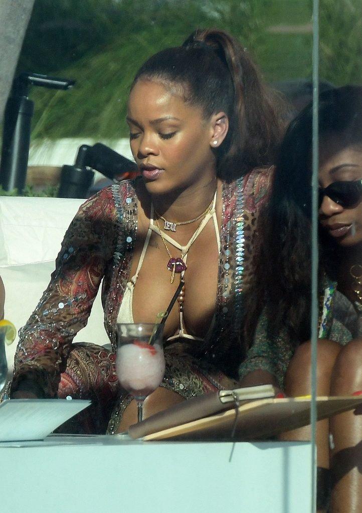 Rihanna Sexy (24 Photos)