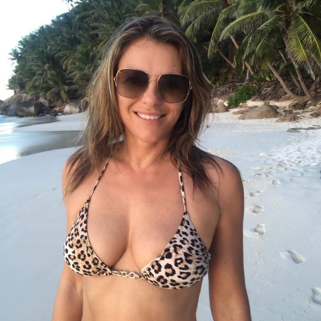 Elizabeth Hurley Sexy (7 Photos)