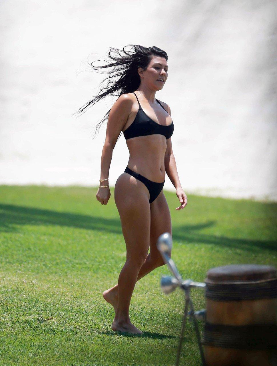 Kourtney kardashian hot ass