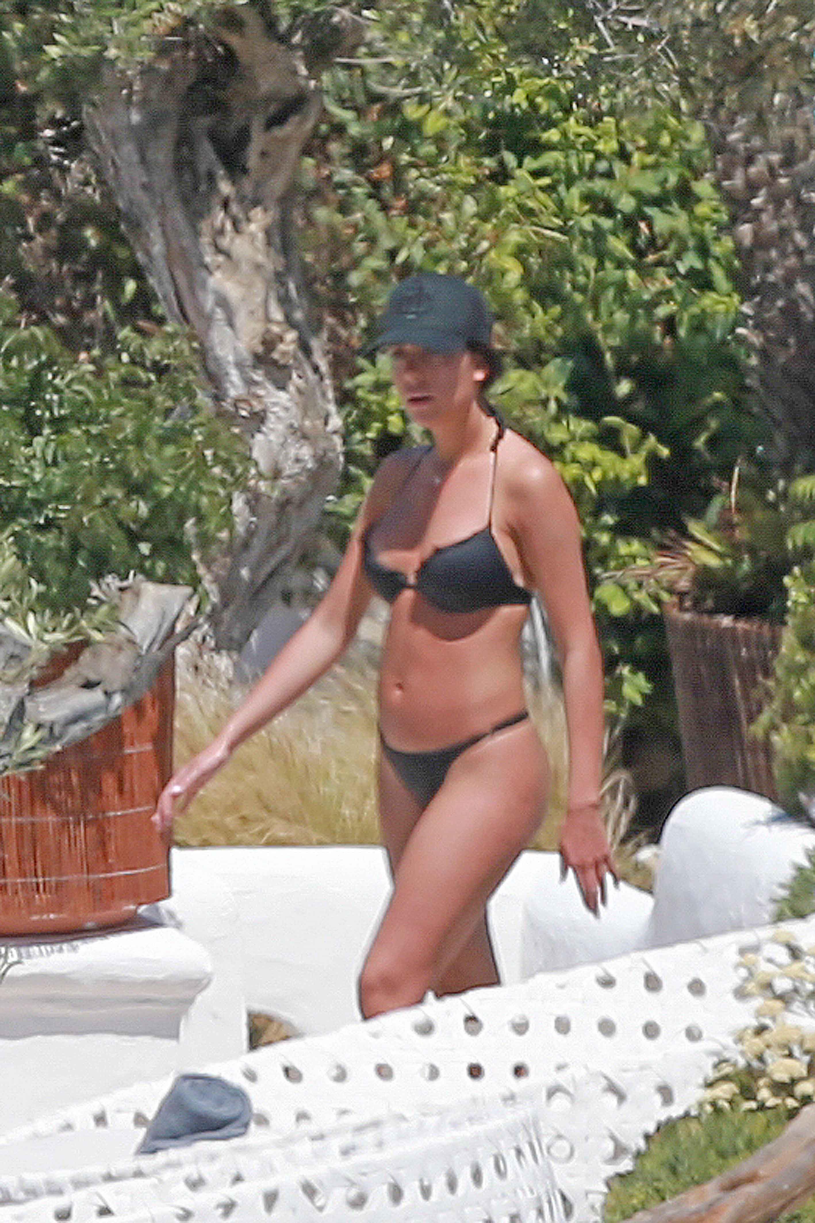 wife bikini pic post