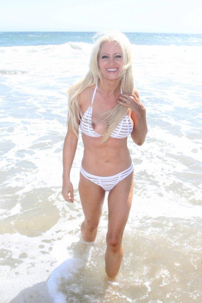 Sara Barrett Sexy (12 Photos)