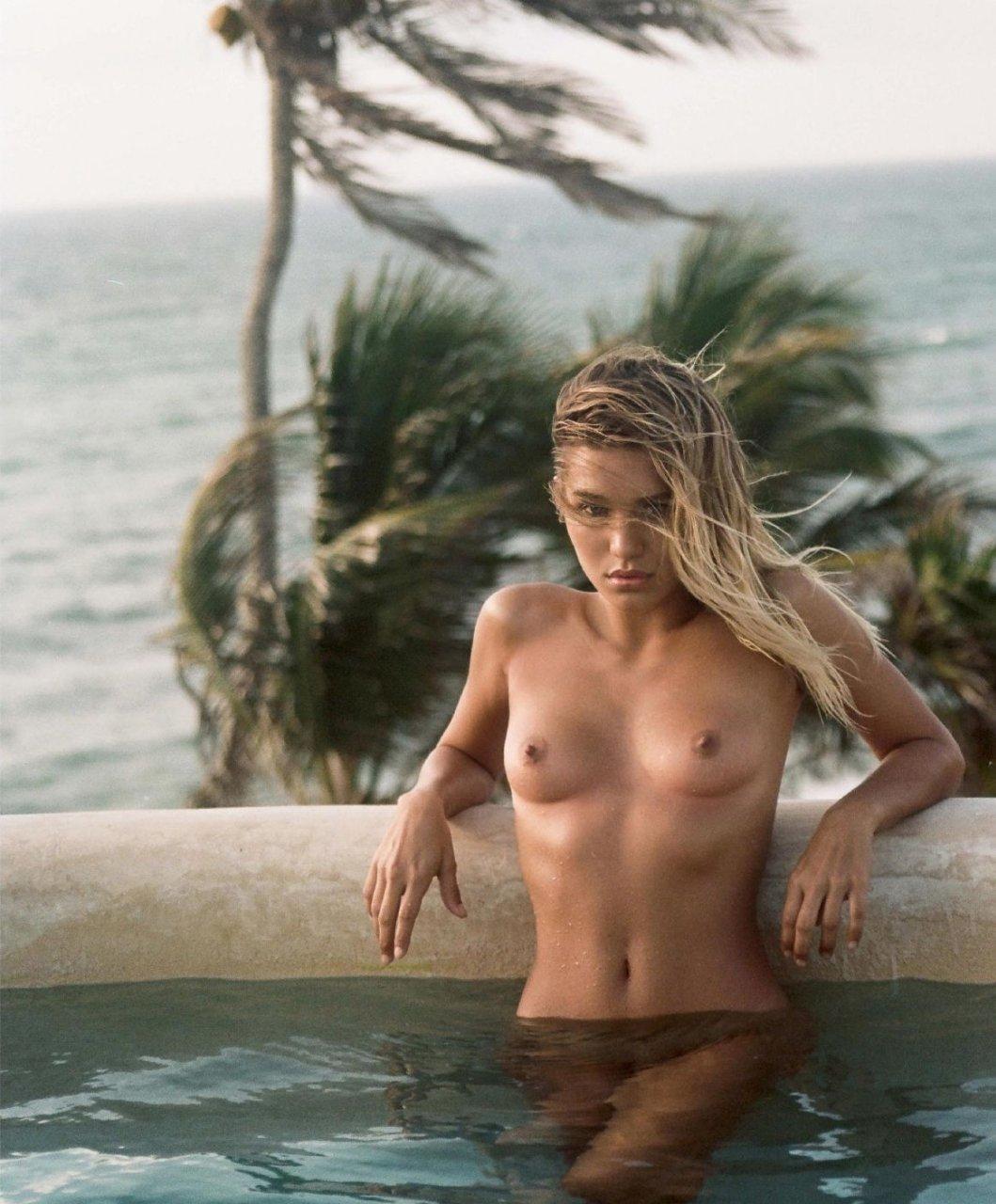 Tara Holt Nude