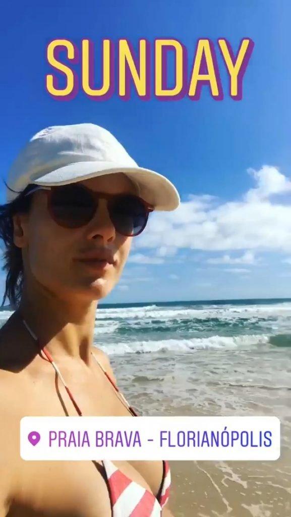 Alessandra Ambrosio Sexy (2 Photos + GIF)