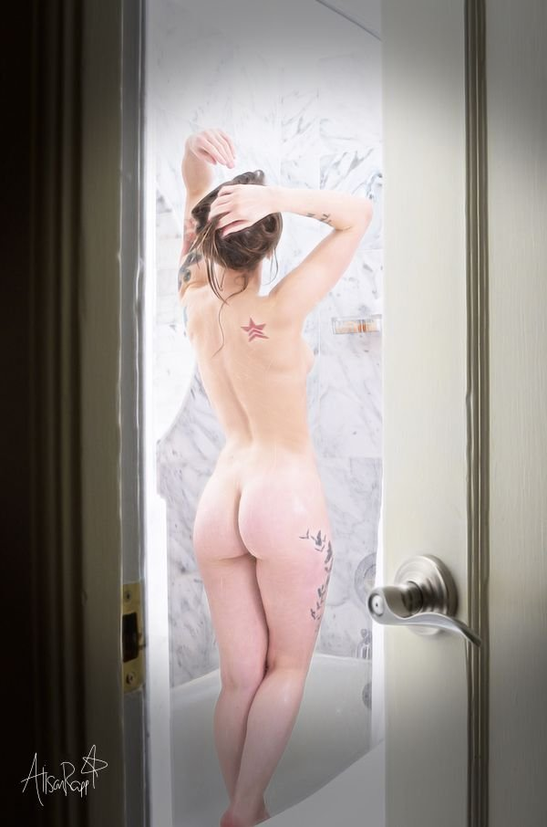 Alison Rapp Naked (4 Photos)