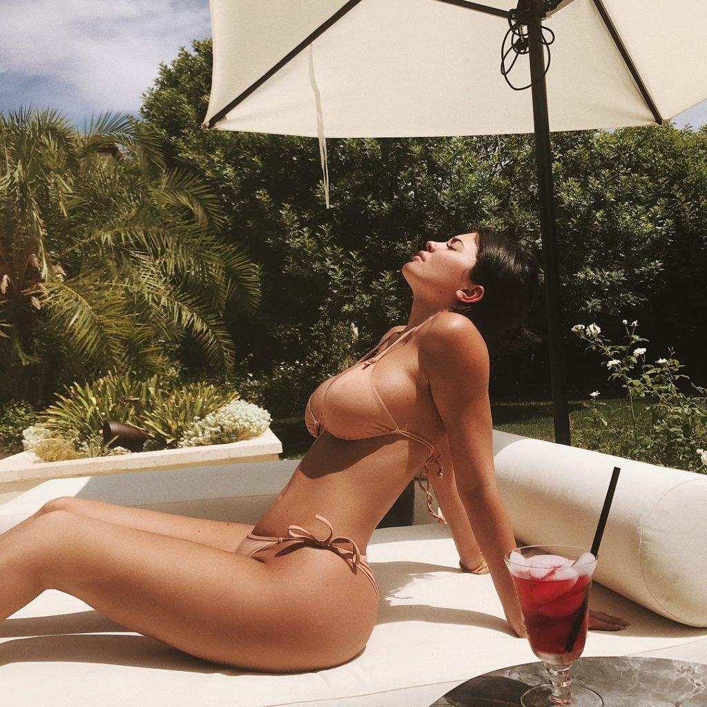 Kylie Jenner Sexy (3 Hot Photos)