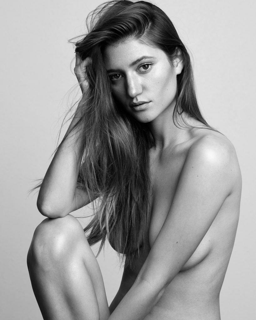 Elizabeth Elam Nude & Sexy (9 Photos)