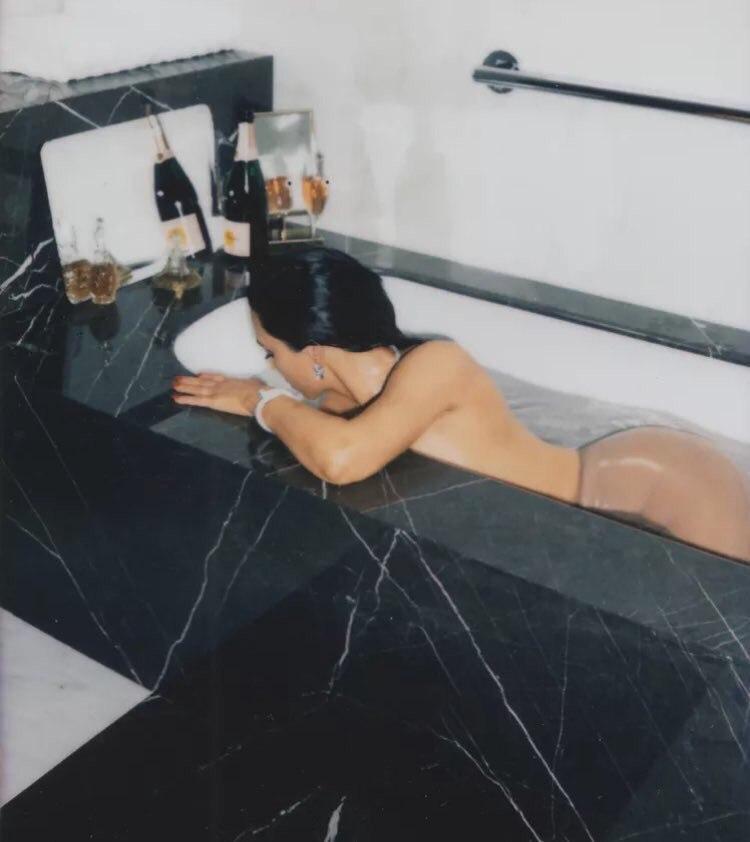 Kim Kardashian (5 Sexy Photos)