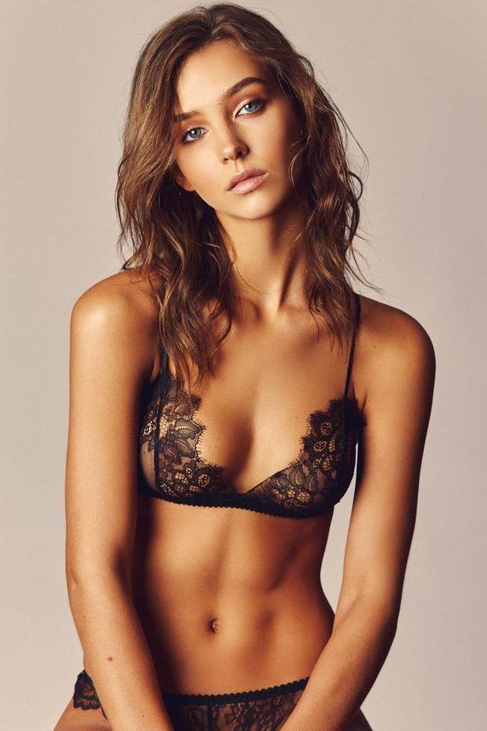 Rachel Cook Sexy & Topless (5 Photos)