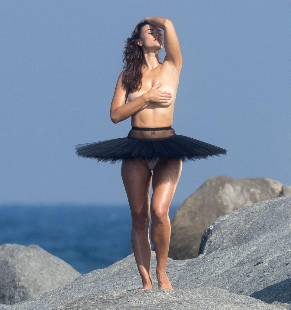 Myla Dalbesio Topless (16 Photos)
