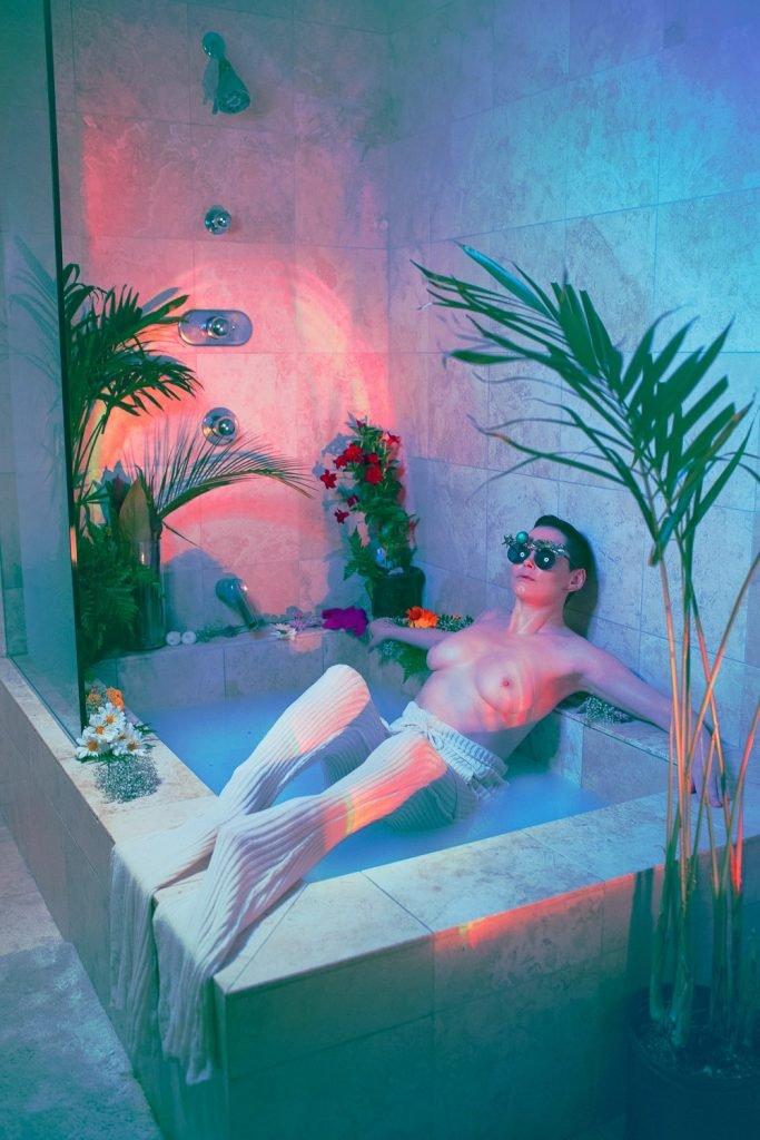 Rose McGowan Topless & Sexy (9 Photos)