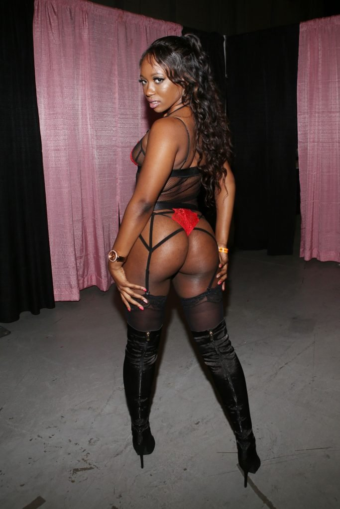 Skyler Nicole Sexy (7 Photos + Video)