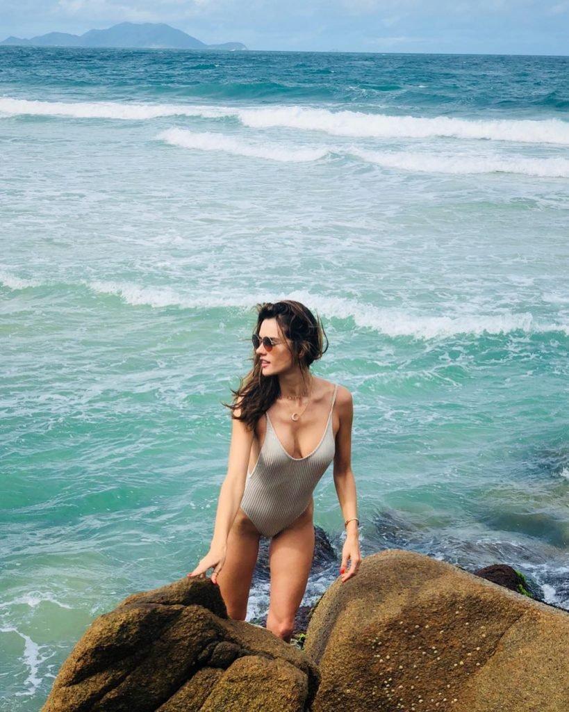 Alessandra Ambrosio Sexy (4 Hot Photos)