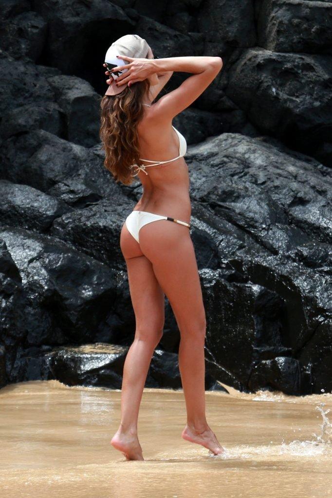 Izabel Goulart Sexy (16 Photos)