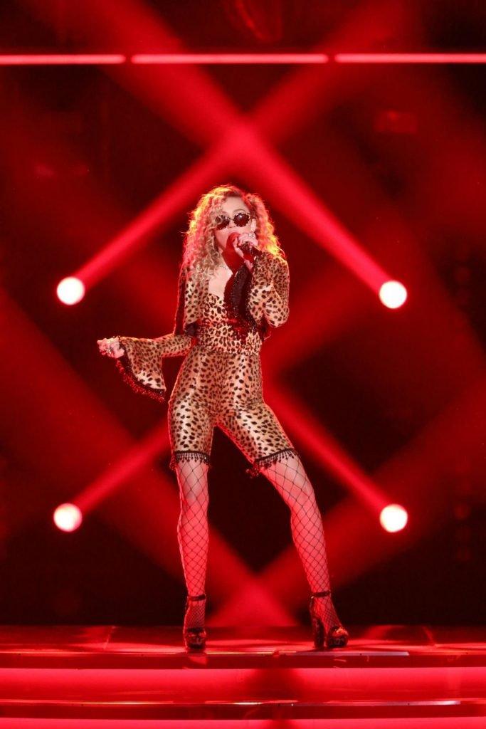 Miley Cyrus Sexy (8 Photos + Video)
