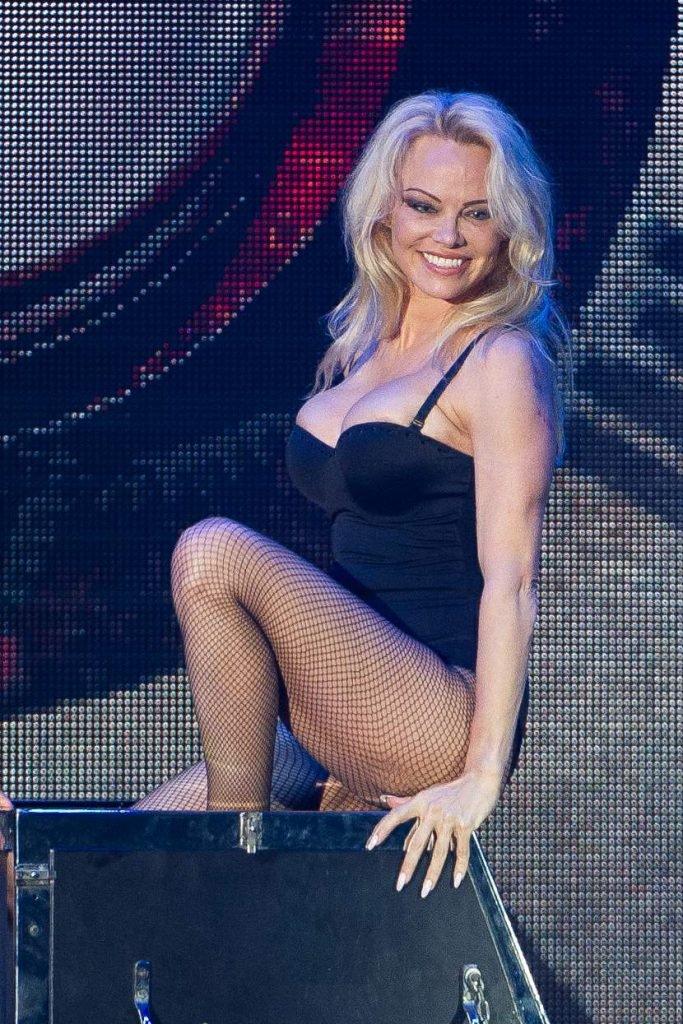 Pamela Anderson Sexy (8 Photos + Video)