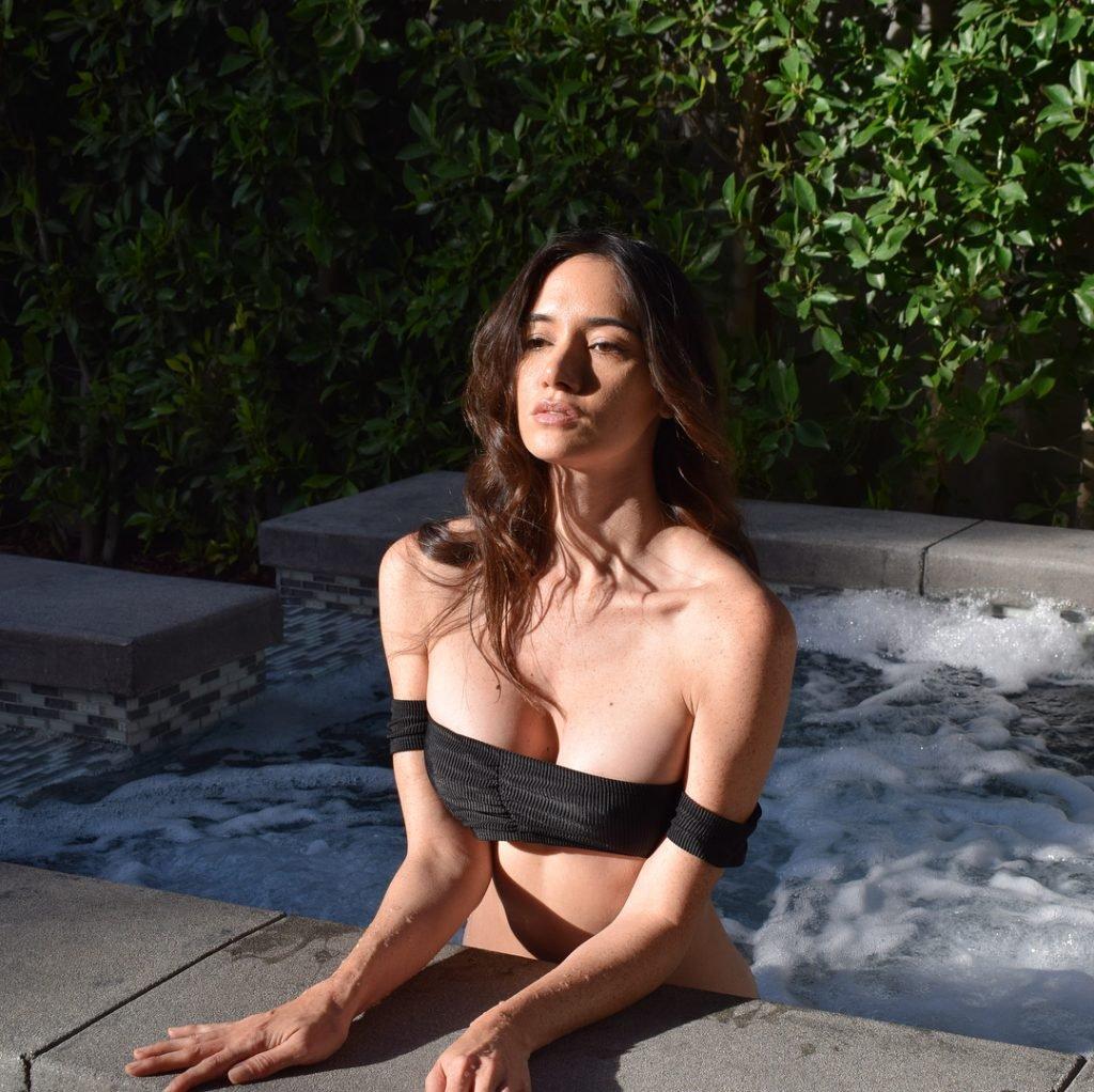 Sara Malakul Lane Sexy (4 Photos)