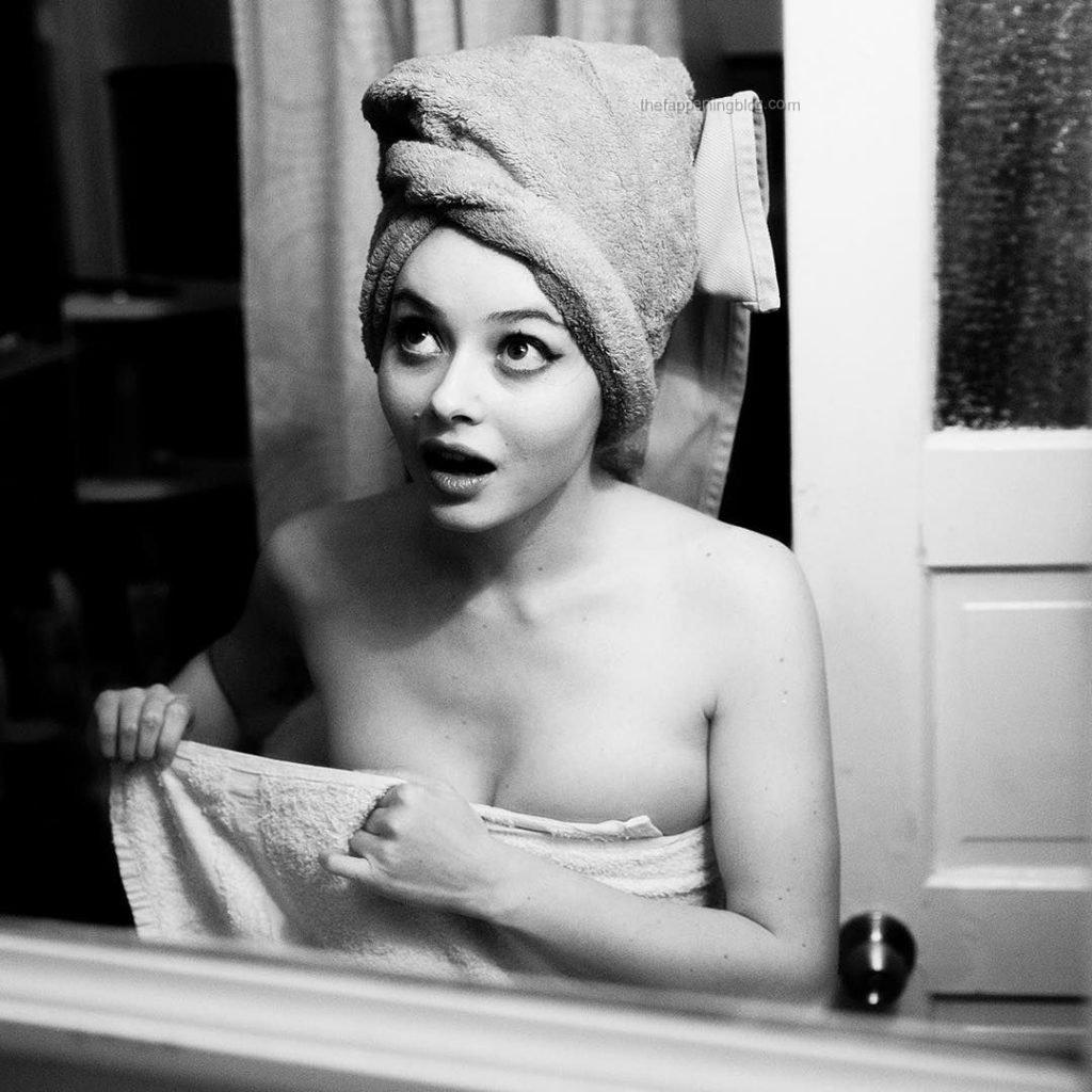 Alina Phillips Topless (4 Photos)