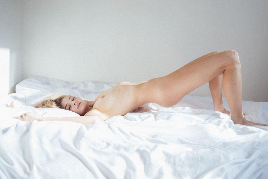 Clare Gillies Nude & Sexy (10 Photos)