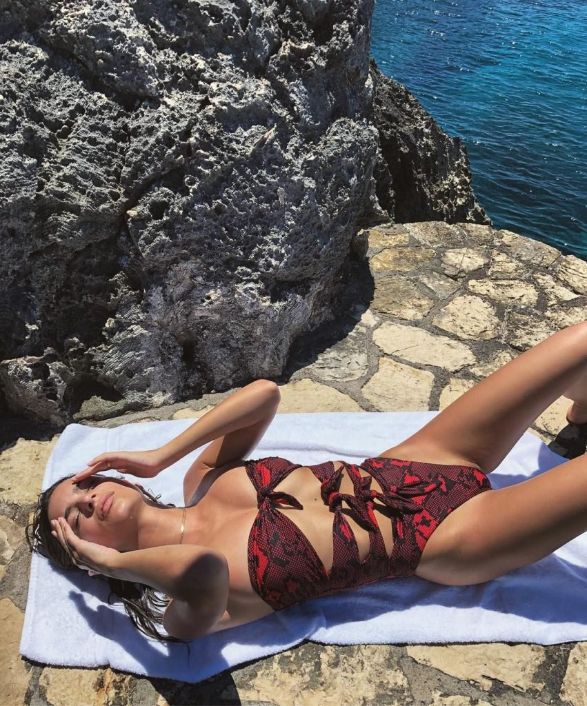 Emily Ratajkowski Sexy (12 Pics + Gifs)