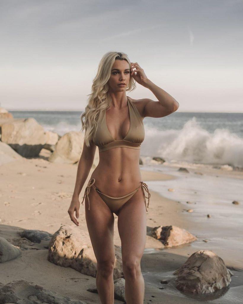 Caitlin Arnett  nackt