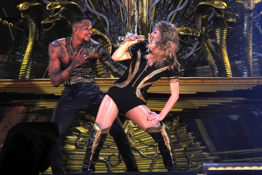 Taylor Swift Sexy (71 Photos + Video)