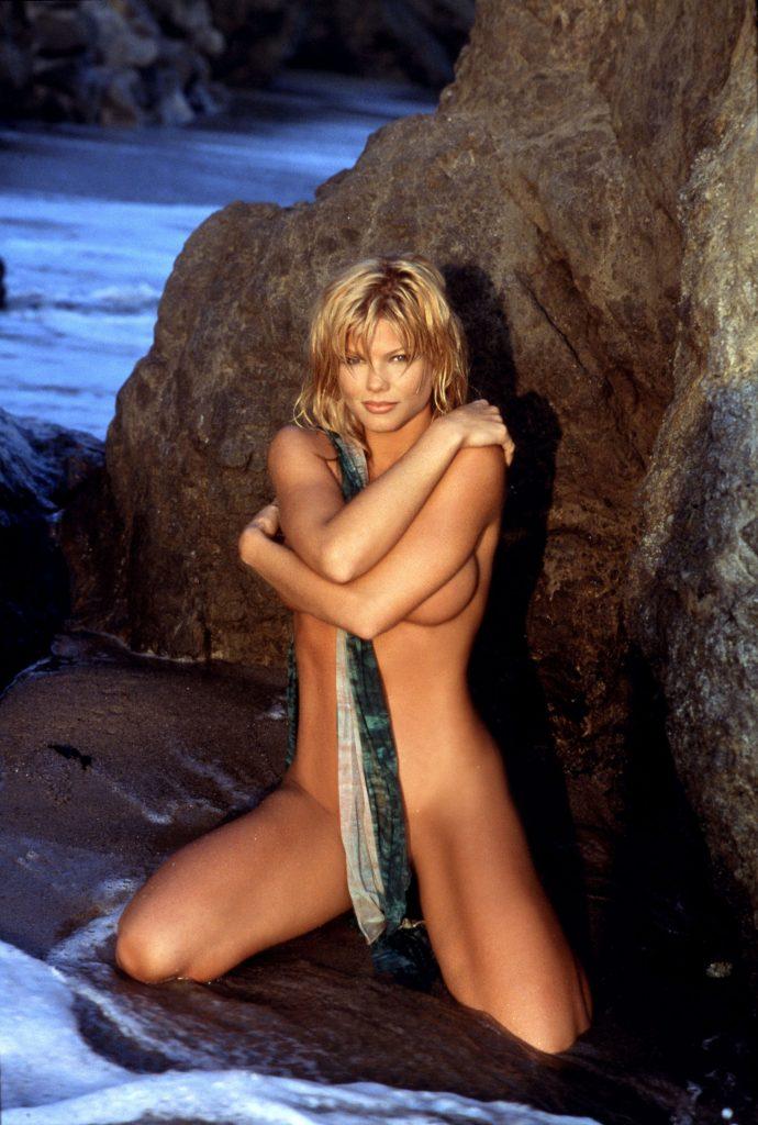 Donna D'Errico Nude & Sexy (14 Photos)