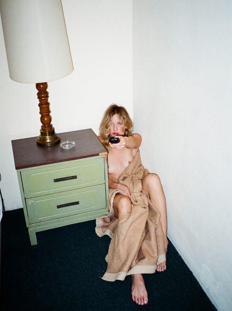Paige Elkington Nude & Sexy (13 Photos)
