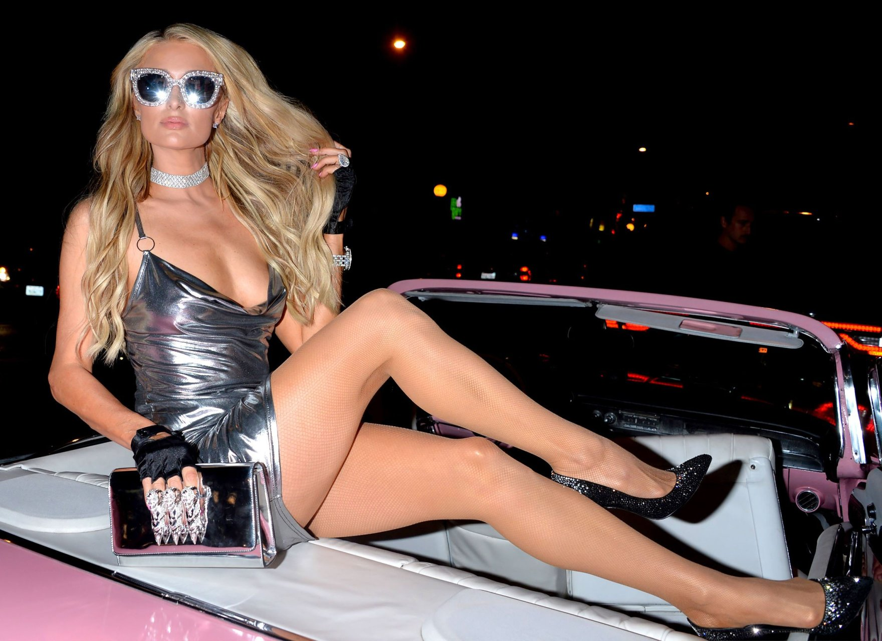 Paris hilton sexy long blonde hairstyle with loose curls