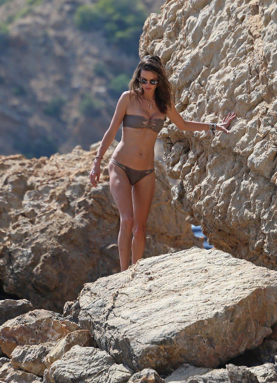 Alessandra-Ambrosio-Sexy-TheFappeningBlog.com-1-2.jpg