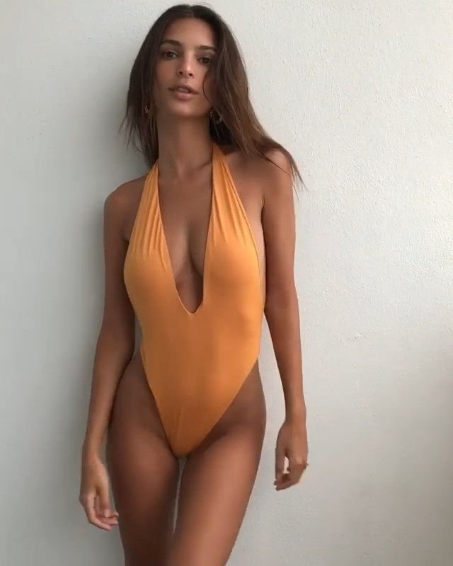 Emily Ratajkowski Sexy & Topless (15 Pics + GIFs)