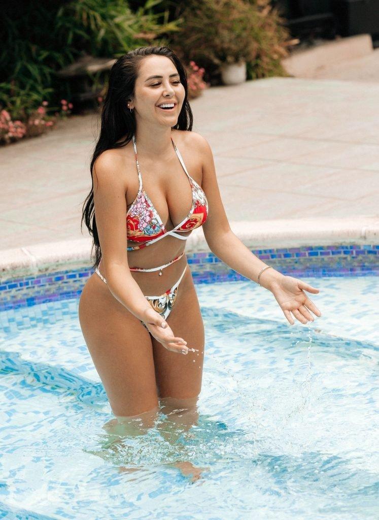 Marnie Simpson Nude & Sexy (14 Photos)