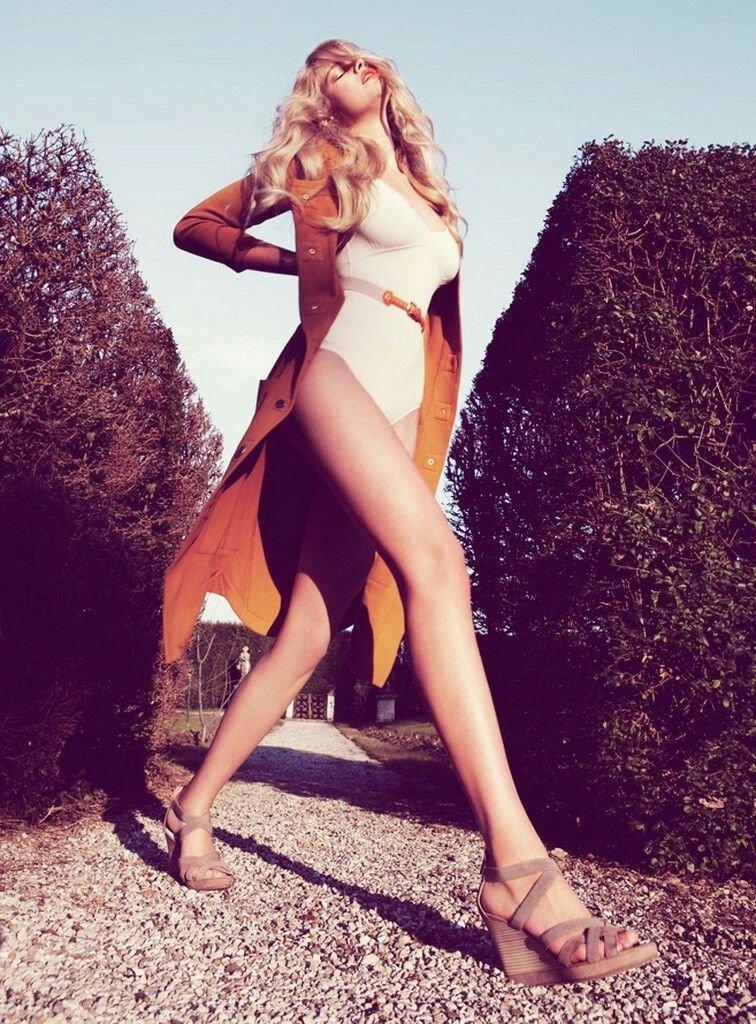 Valerie van der Graaf Sexy & Topless (8 Photos)