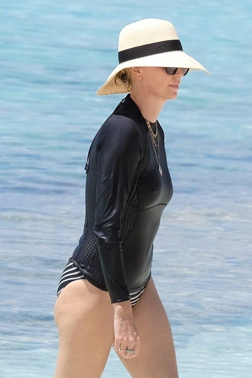 Charlize Theron Hot (25 Photos)