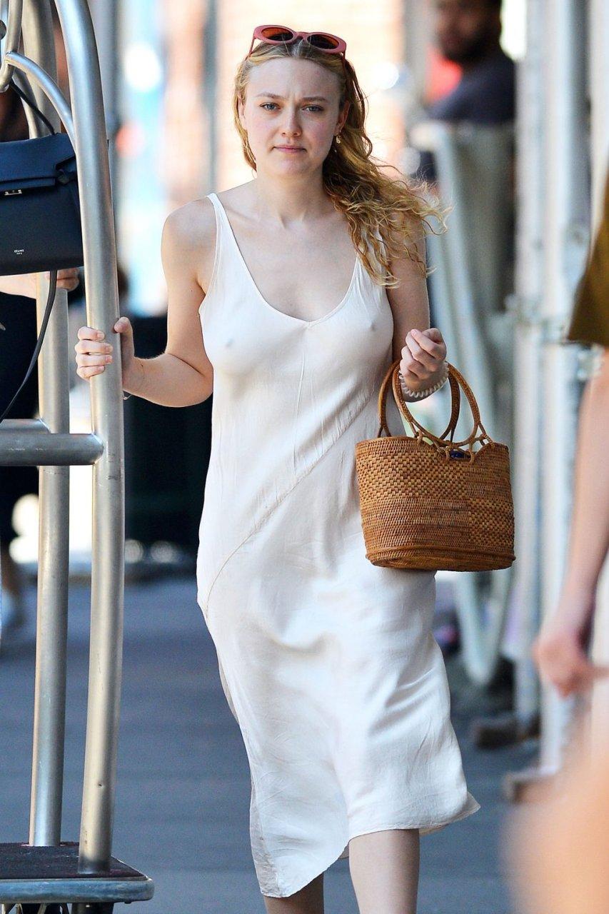 Dakota Fanning Braless (23 Photos)