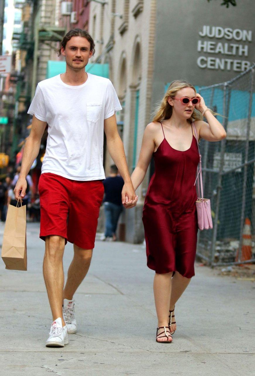 Dakota Fanning Braless (29 Photos)   #TheFappening